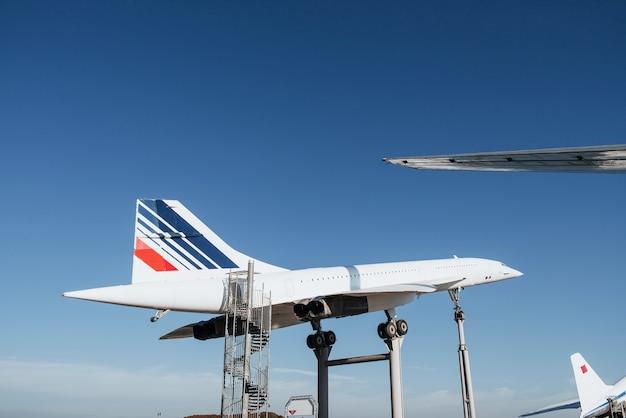 スタンドとはしごの古い白い飛行機