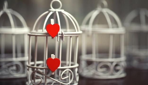 오래 된 흰색 종이 사랑 메모와 심장 모양의 시트