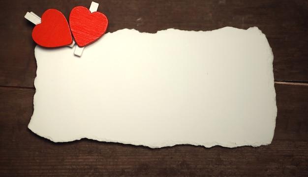 Старый белый лист бумаги любовные записки и сердечко