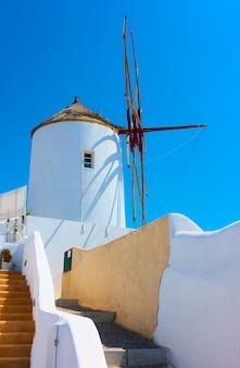 그리스 산토리니 섬의 이아 마을에 있는 오래된 흰색 풍차