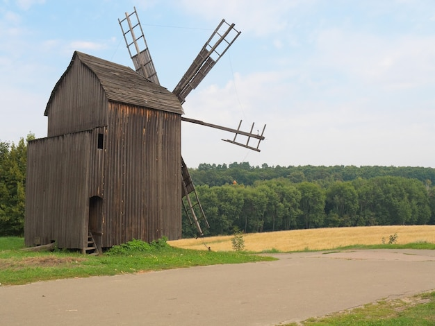 キエフ市の近くのウクライナの村にある古い風車。ウクライナ。