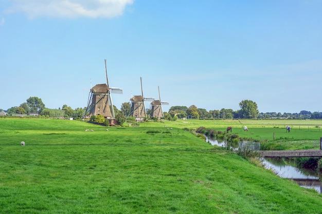 青い空を背景に古い風車