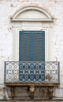 イタリア、バーリの古い窓