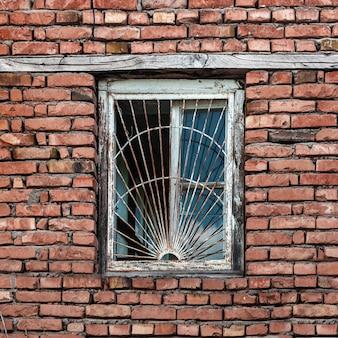 Старое окно в кирпичном доме