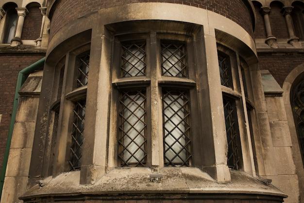 Старое окно на кирпичной стене собора во львове. украина