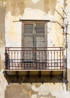 오래 된 건물에 발코니와 오래 된 창