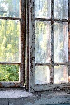 Старое окно с потертой потрескавшейся краской
