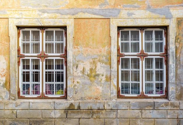 漆喰のファサードの古い窓は、時間の経過とともに劣化しました。