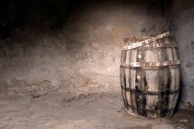빈 방에 오래 된 와인 저장 고