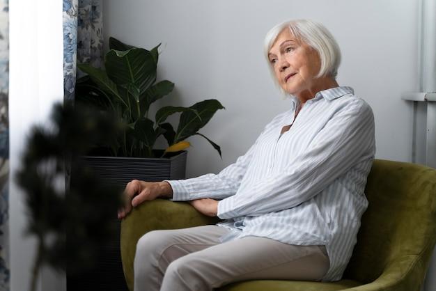 Пожилая женщина борется с болезнью альцгеймера