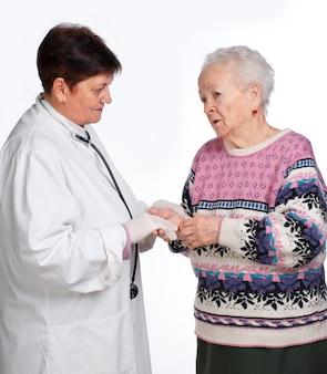 늙은 여자는 흰색 바탕에 그녀의 의사와 토론을
