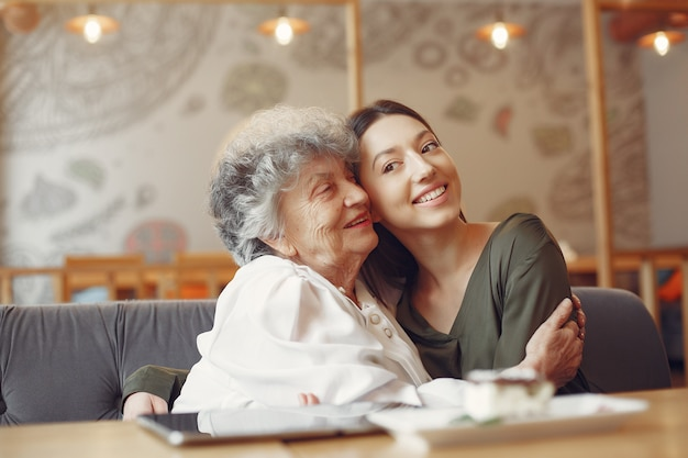 어린 손녀와 함께 카페에서 늙은 여자