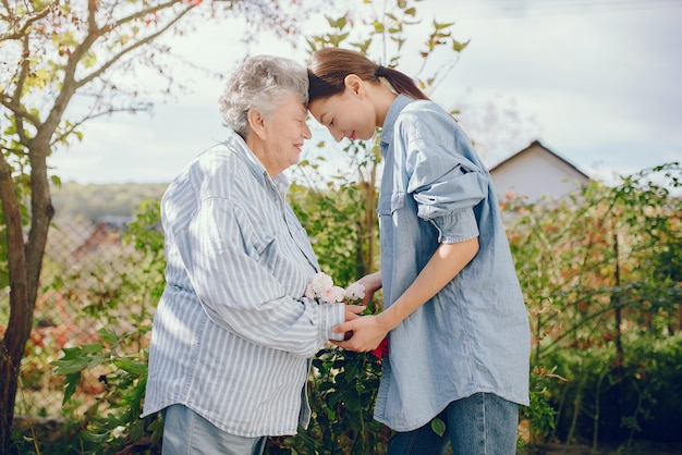 어린 손녀와 함께 정원에서 늙은 여자