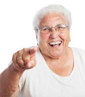 웃으면 서 가리키는 늙은 여자