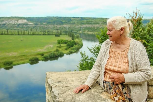 川の夢の近くの老婆は人生を思い出します
