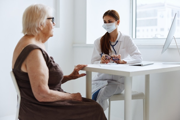 老婆患者は医者の健康管理と通信します。高品質の写真