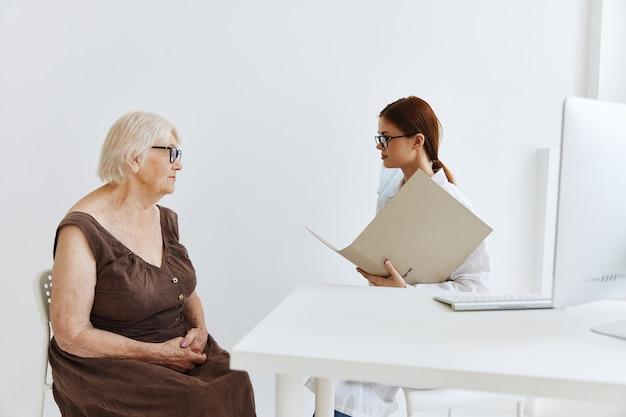 의사 의사 조수의 노부 환자 진찰