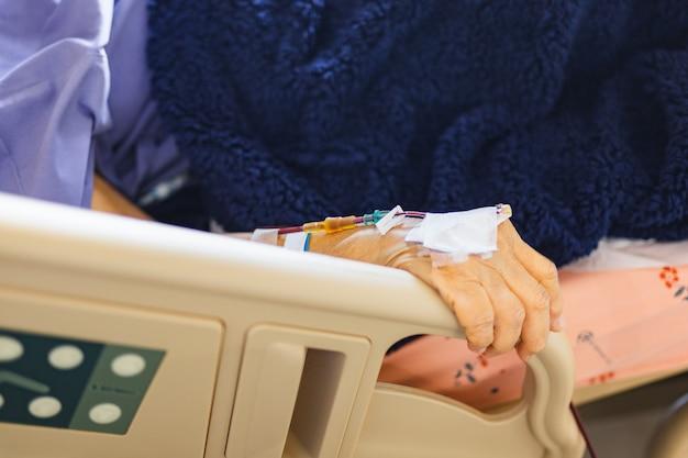 Пациентам-пожилым женщинам делают переливание крови в больнице