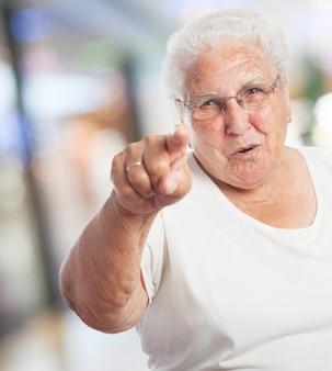 늙은 여자를 가리키는
