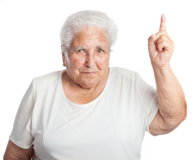 올려 진 된 손가락으로 늙은 여자