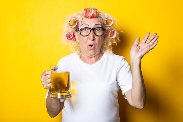 그녀의 머리에 컬러와 늙은 여자