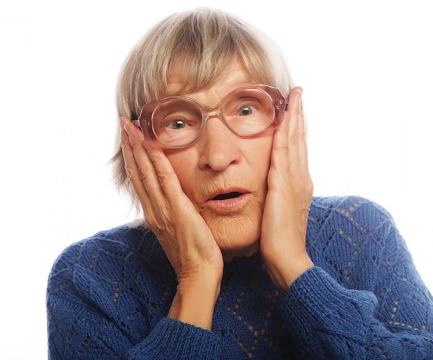 놀란 된 표정으로 늙은 여자