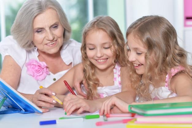 집에서 숙제를 하는 트위니 소녀와 늙은 여자