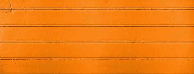 Старая деревянная доска окрашена в оранжевый цвет