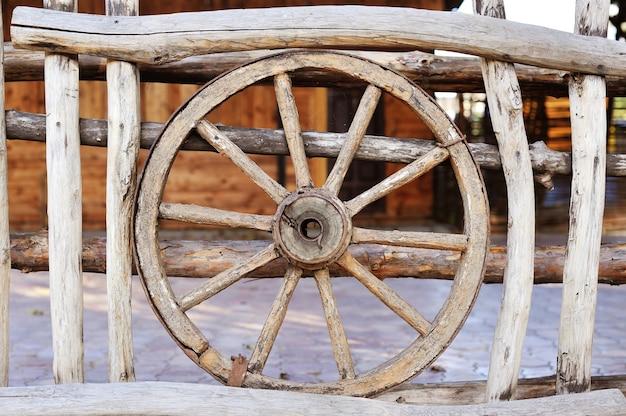 헛간 주변의 오래된 나무 코치 휠