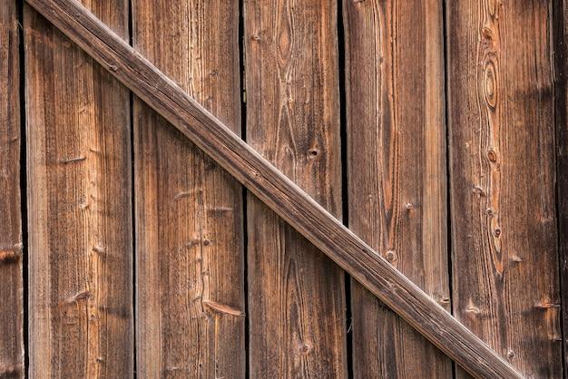 Старые деревянные ворота для текстуры фона. старый сосновый лес.