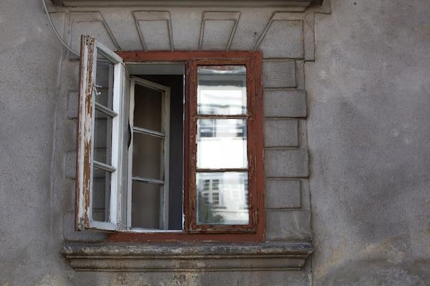 Старое деревянное окрашенное окно заброшенного здания