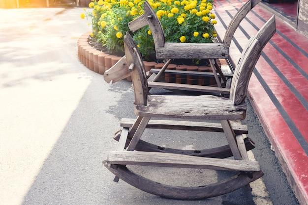 古い木のおもちゃ揺れ馬の椅子の子供、小さな木馬