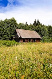 오래 된 목조 버려진 집. 그것은 시골에 있습니다. 벨라루스.