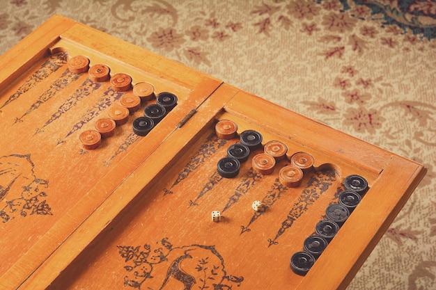 오래된 나무 주사위 놀이 보드 게임