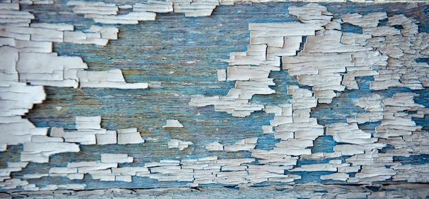 오래 된 나무 배경, 파란색과 흰색 페인트를 필 링. 초라한 보드, 낡은 질감, 클로즈업.