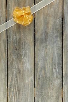 아름 다운 활과 오래 된 나무 배경