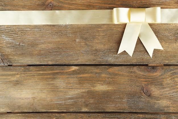 美しい弓と古い木製の背景