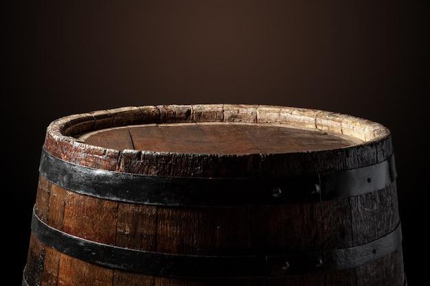 Старая деревянная бочка на темном