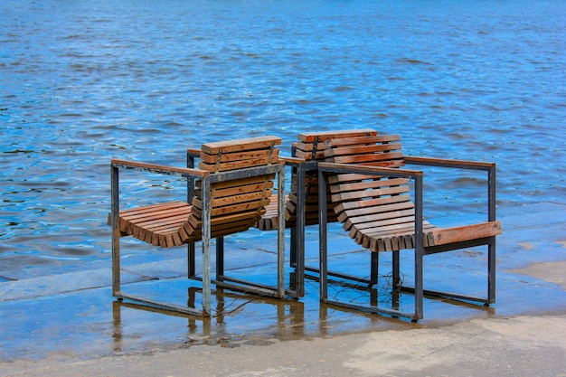 Старая деревянная скамейка в парке