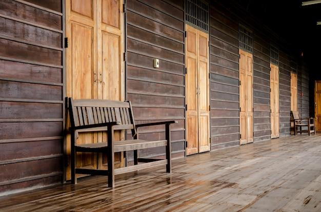 목조 주택에 오래 된 나무 벤치