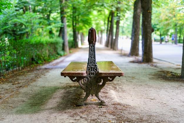 公園に座って休むための古い木製のベンチ。