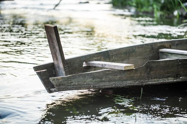 川の古い木造船