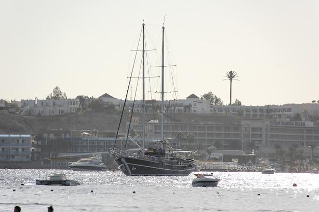 古い木造船が港に。