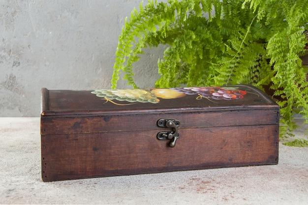 Старый деревянный ящик на бетонном столе