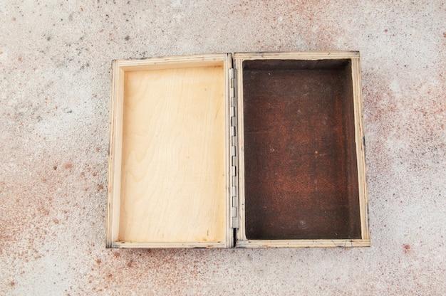 Старый деревянный ящик на бетоне