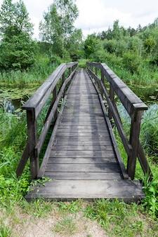 Старый деревянный мост, построенный на озере