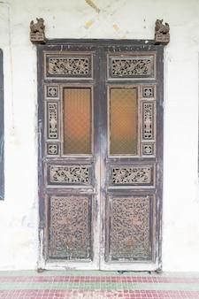 오래 된 목조 갈색 집 문