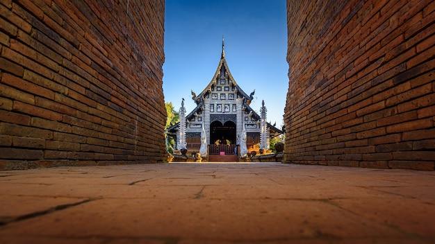 Старый деревянный буддийский храм ват лок молее, таиланд