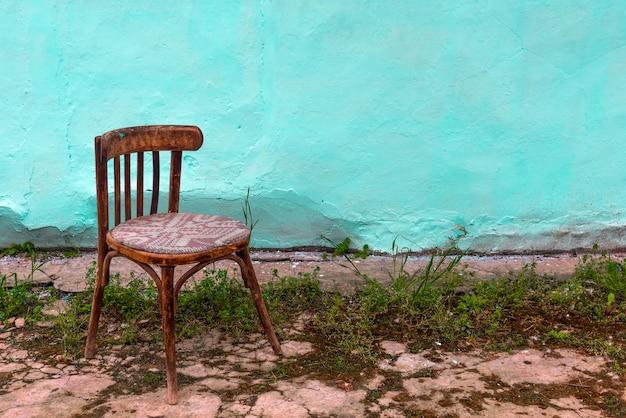 Старый деревянный стул в патио