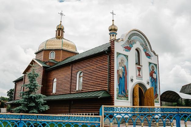 Старая деревянная церковь в деревне.